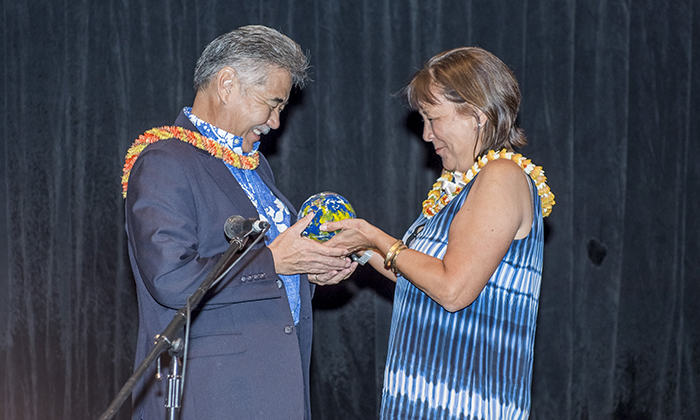 Photo of Blue Planet Foundation board member Crystal Rose presents the organization's 2016 Honua Award to Gov. David Ige