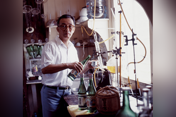 Photo of Nihei Takao making sake