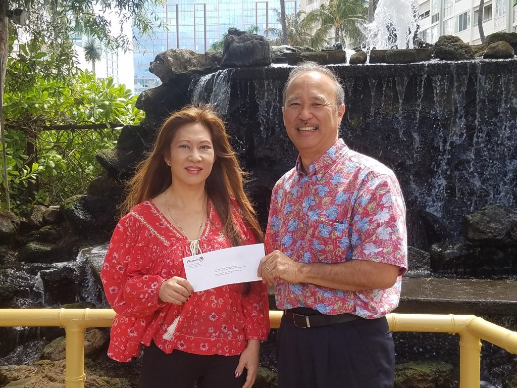 Second prize winner Laurie Ide with John Teruya, general manager of Pagoda Floating Restaurant.
