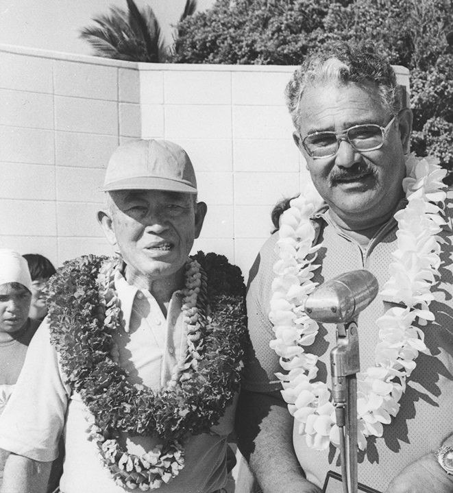 A 1976 photo of Coach Sakamoto with Three-Year Swim Club member Bill Smith, who captured two gold medals at the 1948 London Olympics.