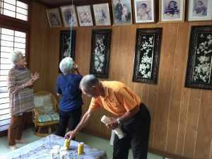 Chiyoko and Kazuo invited the Kagimoto siblings to their home in Urasoe, where Chiyoko showed Kathleen portraits of their children.