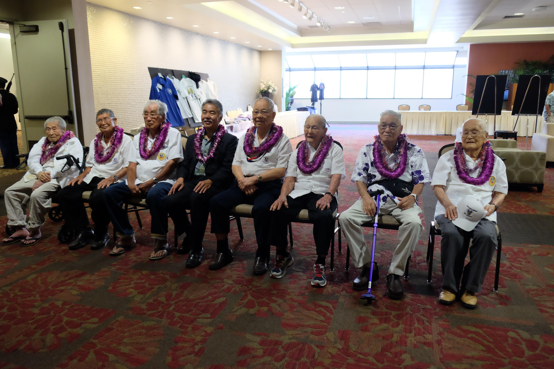Gov. David Ige with the 100th Battalion veterans (from left): Akiyoshi Kuriyama, Masaharu Saito, Gov. Ige, Kazuto Shimizu, Jack Nakamura, Thomas Nikaido and Sonsei Nakamura. Gov. Ige's father, Tokio Ige, served in the 100th Battalion.