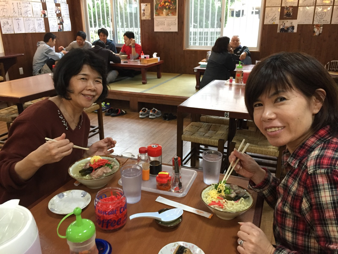 Sisters Keiko (right) and Yasuko get ready to devour their soba. (Photos by Colin Sewake)