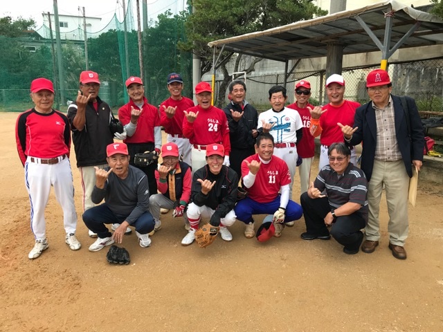 The Tokeshi Urashima team stopped their practice briefly to take a group shot — complete with shakas — with Gary Yamaguchi, who is coming to Okinawa next month with other players for the Hawai'i-Okinawa Goodwill Softball Tournament. (Photos by Colin Sewake)