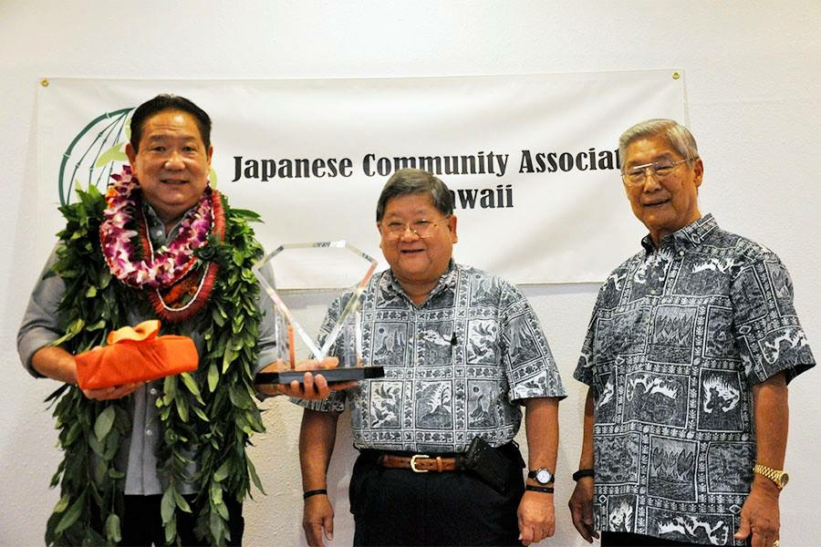 Mike Tokunaga (far left), representing S. Tokunaga Store, is pictured with JCAH president Ivan Nakano (center) and Nikkei Kigyo Award Banquet co-chair Roland Higashi. (Photos courtesy JCAH)