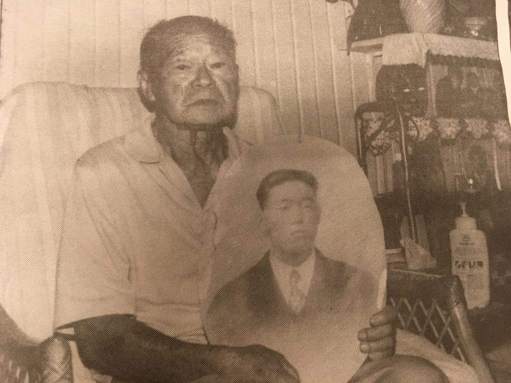 "Tetsuji ""Kelly"" Tagawa held a portrait of his brother Yoriyoshi for this photo taken in 1990. (Photo by Karleen Chinen)"