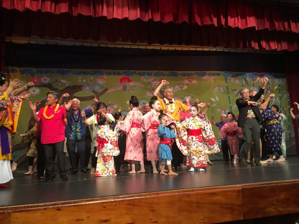 Guests and performers participated in the closing kachashi.