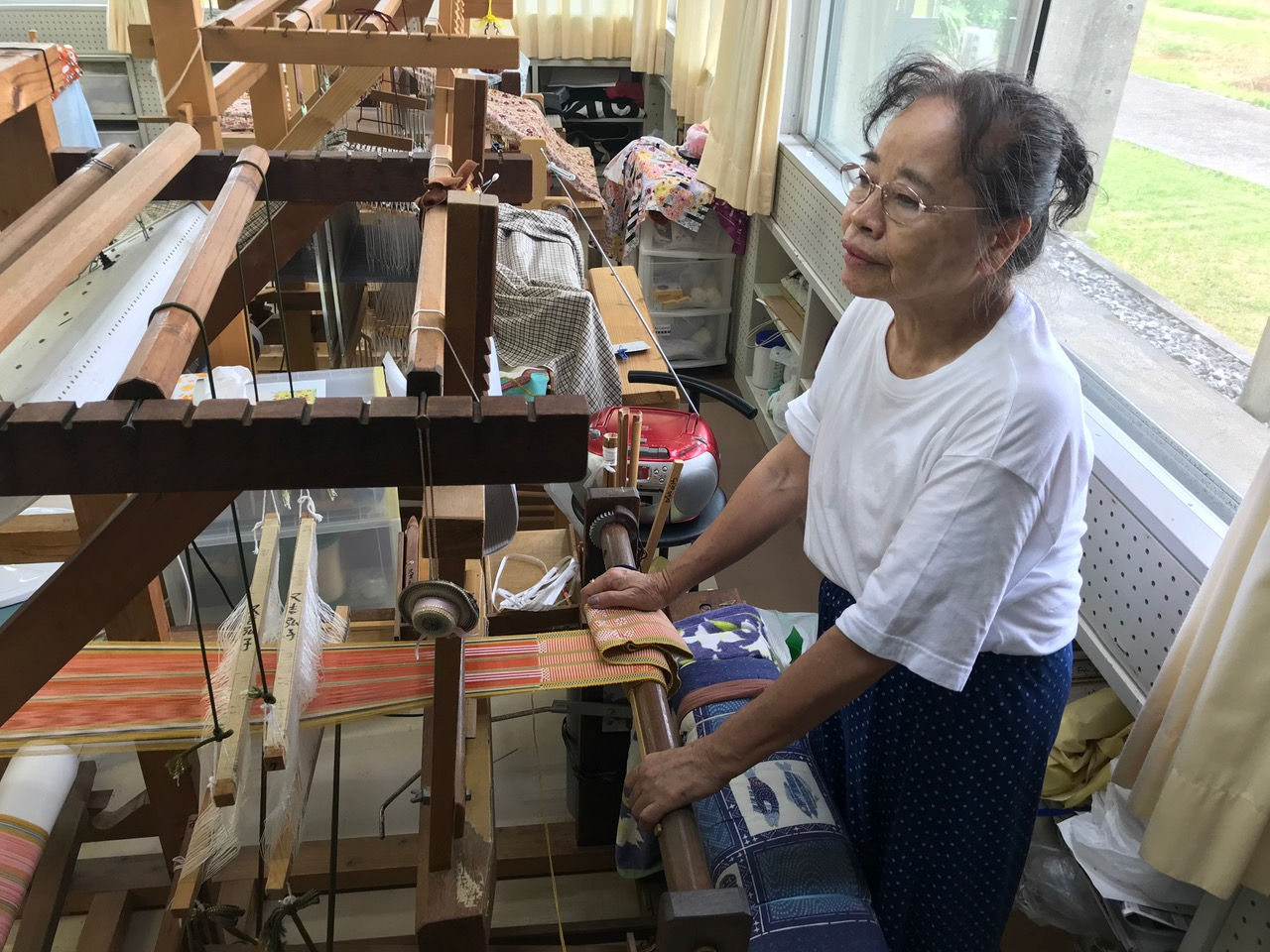 Hiroko Matayoshi working on a hanaui project. (Photos by Colin Sewake)