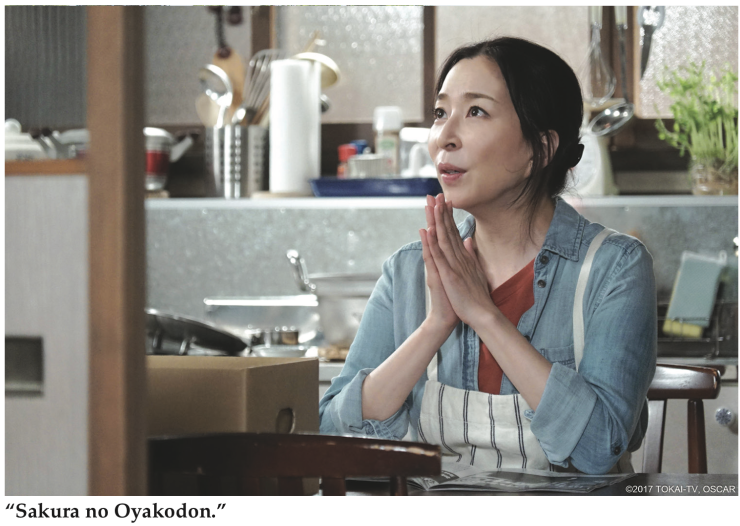 Photo of lady praying in apron from 'Sakura no Oyakodon'