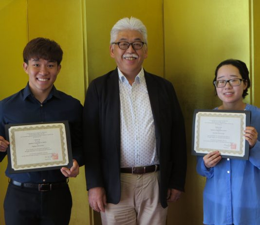 Deputy Consul General Takayuki Shinozawa with scholarship recipients JiaJie He (left) and Yunmi Kim. (Photo courtesy Japanese Consulate)