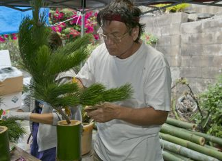 Rick Hoo creates a kadomatsu using mosotake, or green bamboo. (Photos courtesy of Kuhio Lions Club of Honolulu)