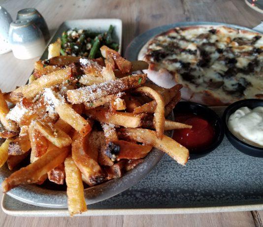Moku Kitchen: fries, pizza and green beans. (Photos by Ryan Tatsumoto)