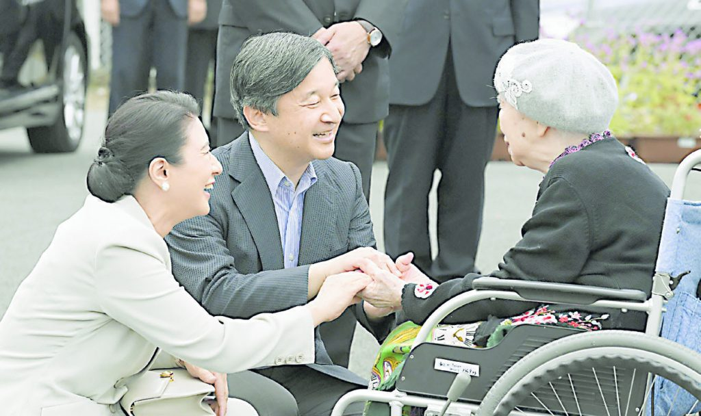 Soon-to-be emperor and empress, Naruhito and his wife Masako, greet an elderly woman. (Courtesy of Hawaii Hochi)