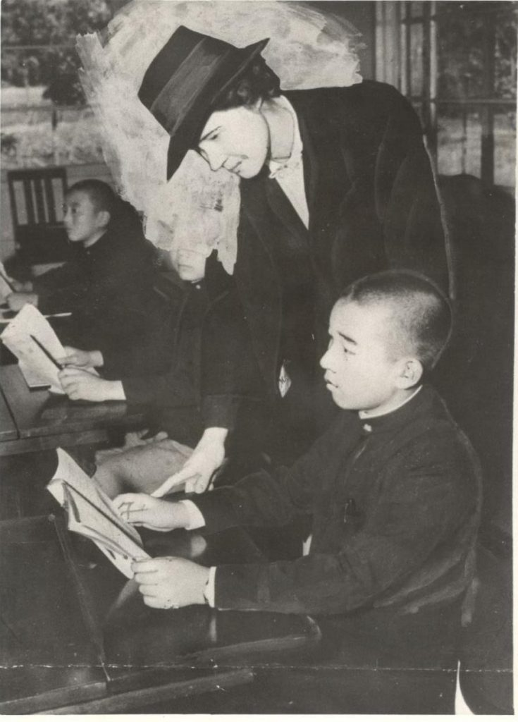 Ellizabeth Gray Vining, an American, was recruited by Emperor Hirohito to tutor Crown Prince Akihito (pictured here with Vining). (Hawaii Hochi archives)