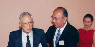 The Crown Prince Akihito Scholarship Foundation co-founder and president Ralph Honda (left) with his successor Howard Hamamoto. (Hawaii Hochi photo)