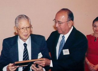 The Crown Prince Akihito Scholarship Foundation co-founder and president Ralph Honda (left) with his successor Howard Hamamoto. (Hawaii Hochi photo)
