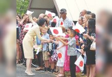 Princess Kiko greeting Gannenmono descendants at the Bishop Museum in June 2018. (Hawaii Hochi photo)