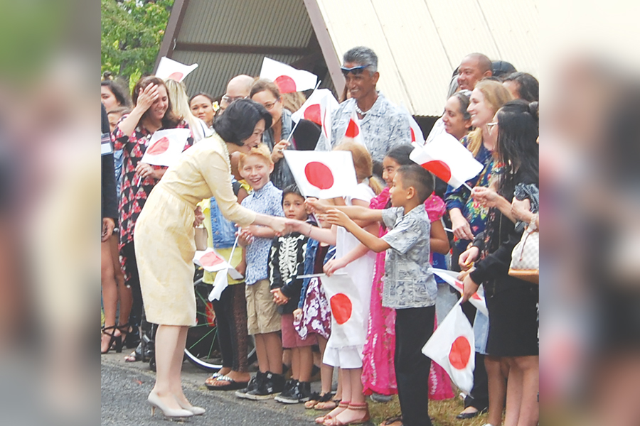 Princess Kiko greeting Gannenmono descendants at the Bishop Museum in June 2018. (Hawaii Hochi photo)