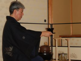 Iemoto Kimura-Sösho from Kyöto prepares the first cup of tea, which was offered to the spirit of Sen no Rikyu.