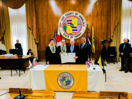 Hiroshima City Mayor Kazumi Matsui and Honolulu Mayor Kirk Caldwell with their respective Council chairs, Haruo Yamada from Hiroshima and Ikaika Anderson from Honolulu, after signing the sister-city reaffirmation document. (Photo by Brandon Saigusa)