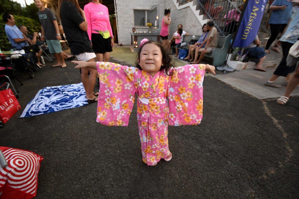 Three-year-old Bailey Fujita of Käne'ohe was ready to dance with her mother, Jamie Fujita.