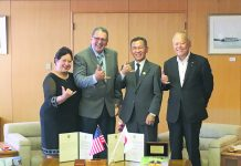 One . . . two . . . three . . . shaka! Mayors Victorino of Maui County and Naoki Edahiro of Fukuyama City flash a shaka, along with Joycelyn Victorino and Fukuyama City Assembly Chair Yoshiyuki Hayakawa (far right).