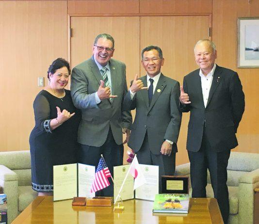 One . . . two . . . three . . . shaka! Mayors Victorino of Maui County and Naoki Edahiro of Fukuyama City flash a shaka, along with Joycelyn Victorino and Fukuyama CityAssembly Chair Yoshiyuki Hayakawa (far right).