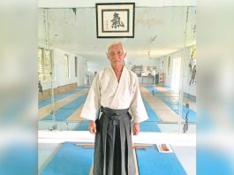 Lloyd Miyashiro-Sensei stands under the kanji for ki (life energy) in the Kapa'a döjö. (Aikidö photos by Carolyn Morinishi)