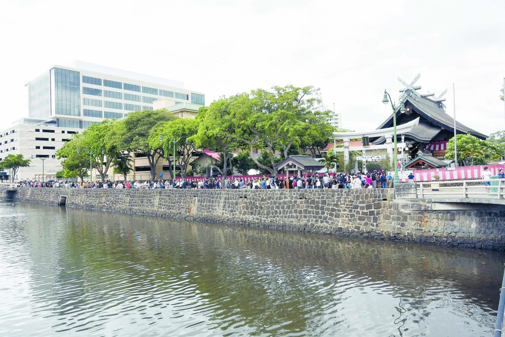 People lined up all the way down Kukui Mall to receive their blessing at Izumo Taishakyo Mission.