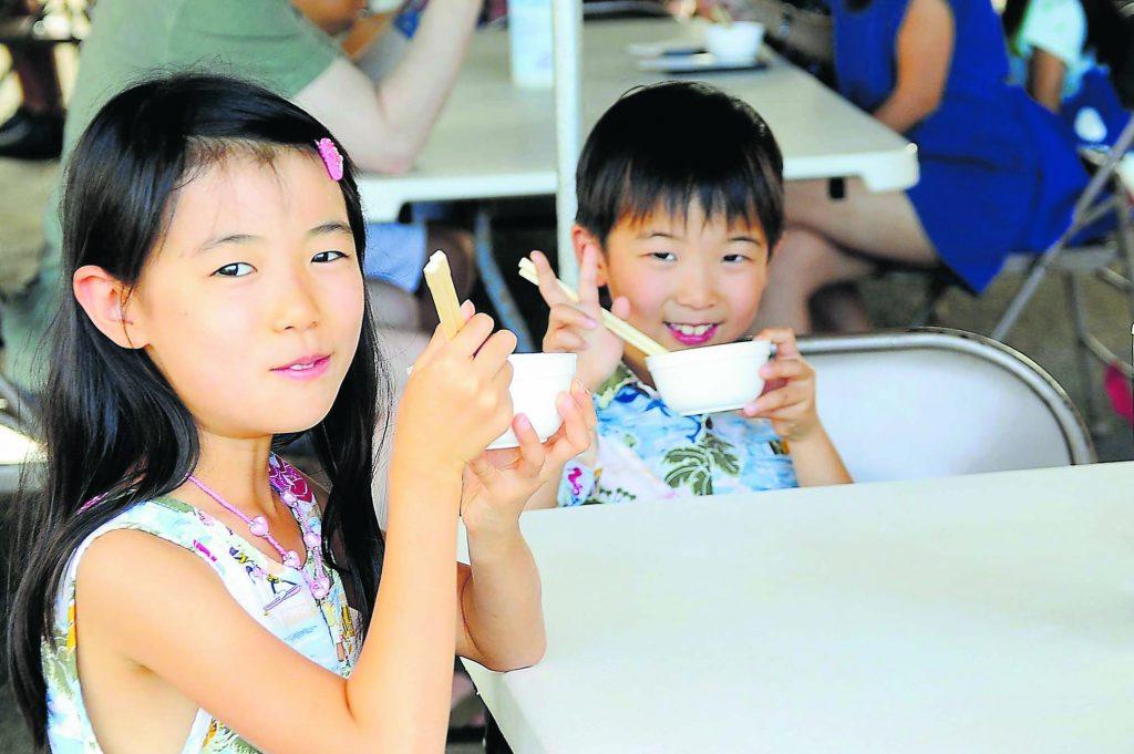 Misaki Mizunuma, age 9, and her 6-year-old brother Kento smile after enjoying their ozoni at Kotohira Jinsha.