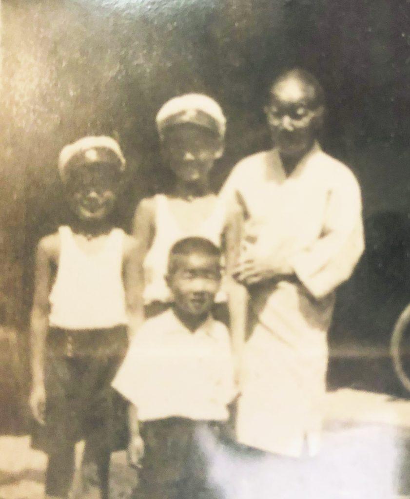 Young Isamu with his cousins and grandmother in Fukuoka in the 1930s. Back row, from left: Isamu Manago, Masahiko Takao and Moyo Nagata. Front: Torato Takao. (Photos courtesy Isamu Manago)
