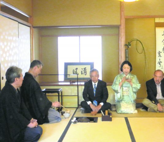 Misako Ito sips tea prepared by Omotesenke tea sensei from Kyöto, Masaki Kimura-Soshö and Hiroyuki Sugata-Sensei. Seated beside her are Consul General of Japan Koichi Ito and former Hawai'i Gov. John Waihe'e.