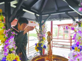 Bishop Cosmo Hirai does three pours with three prayers. On the first pour, we pray for world peace; on the second, we pray for our ancestors; and the third, we create our own prayer. (Photo courtesy Todaiji HawaiiBekkaku Honzan)