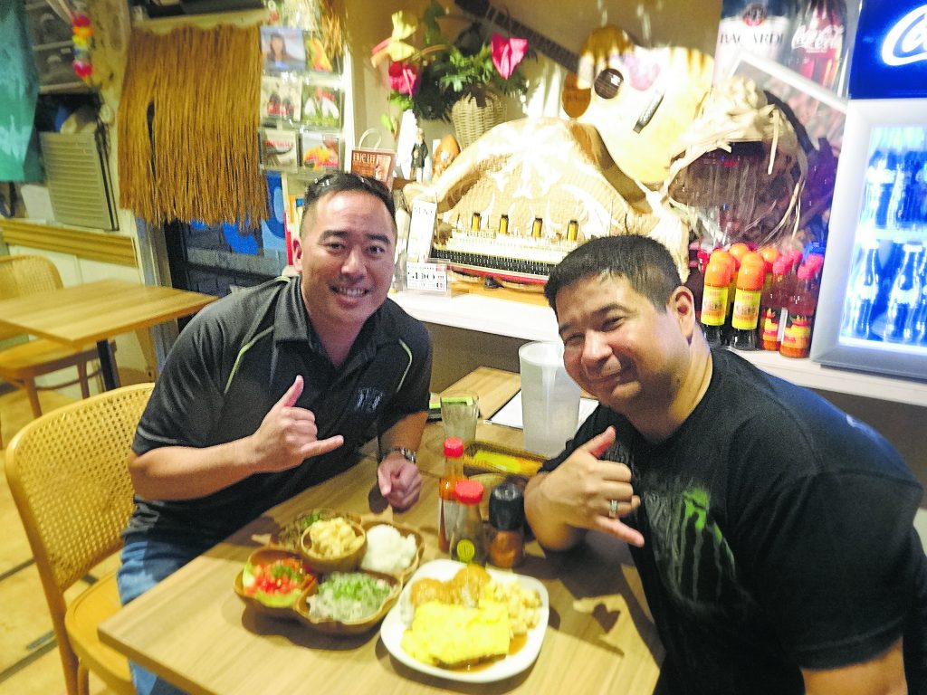 Colin Sewake (left) and Ryan Shimabukuro catch up over some Hawaiian food at Ogo's OnoloaHawaiianRestaurant (Akasaka, Japan) in 2015. (Photo courtesy of Colin Sewake)