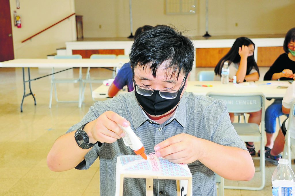 Rev. Steven Toyoshima decorating a lantern for a member who ordered one for obon.